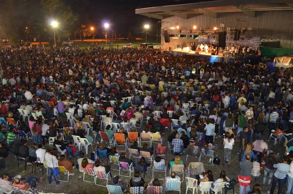 Mas de 15.000 personas corearon a Abel Pintos en el polideportivo de Gral Villegas