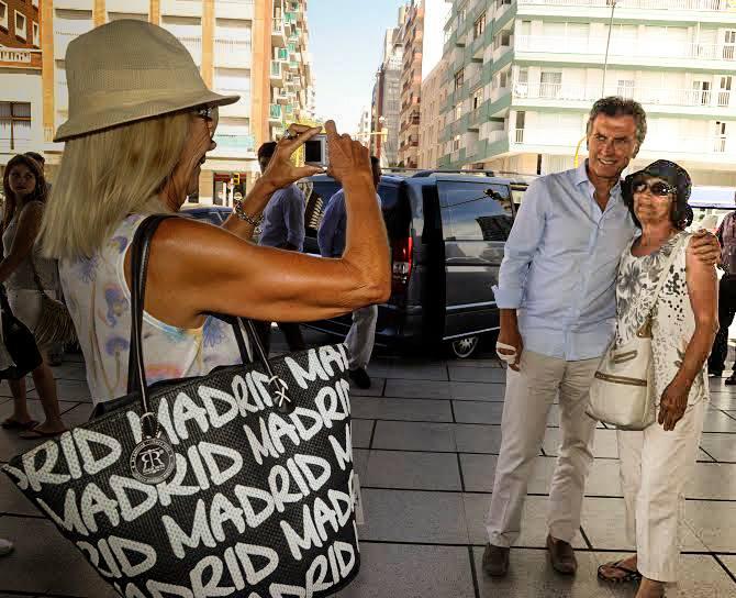 Mauricio Macri se fotografió con dos saboyanas