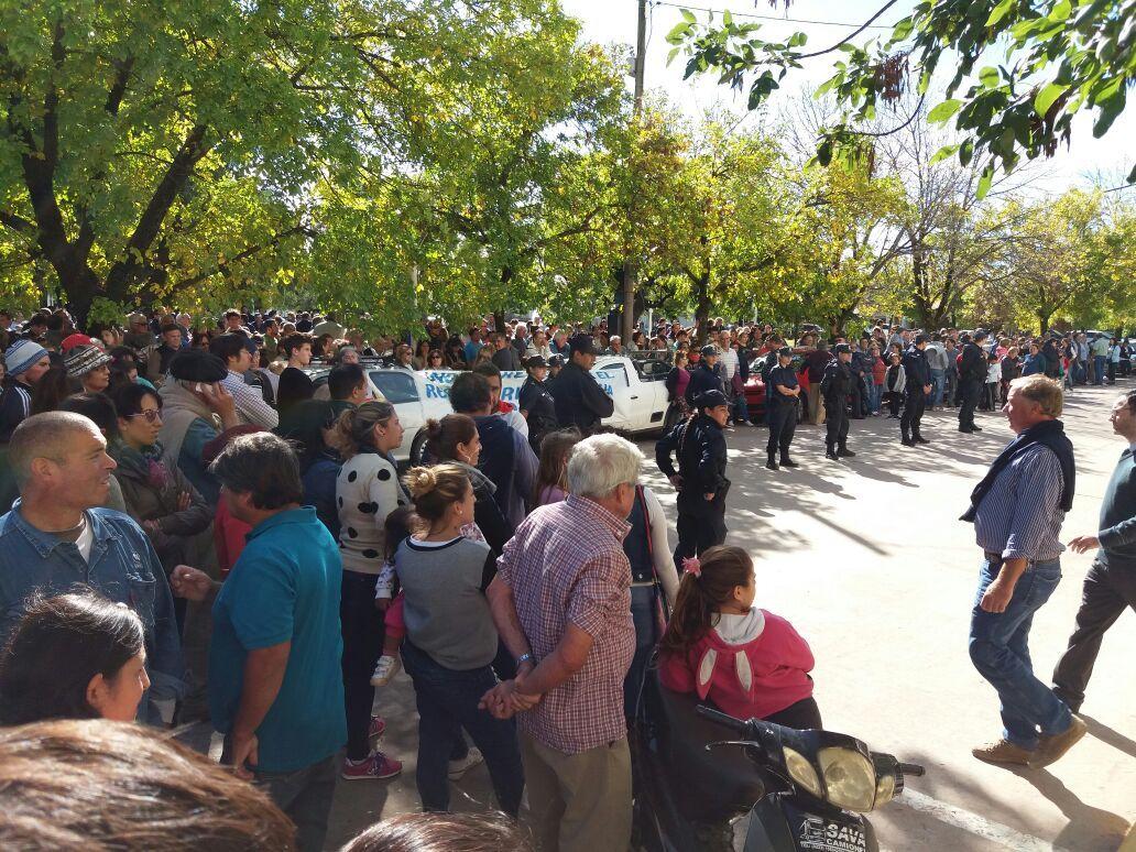 EMERGENCIA HÍDRICA: Cientos de vecinos se congregan para hacer oír los reclamos al Vicegobernador